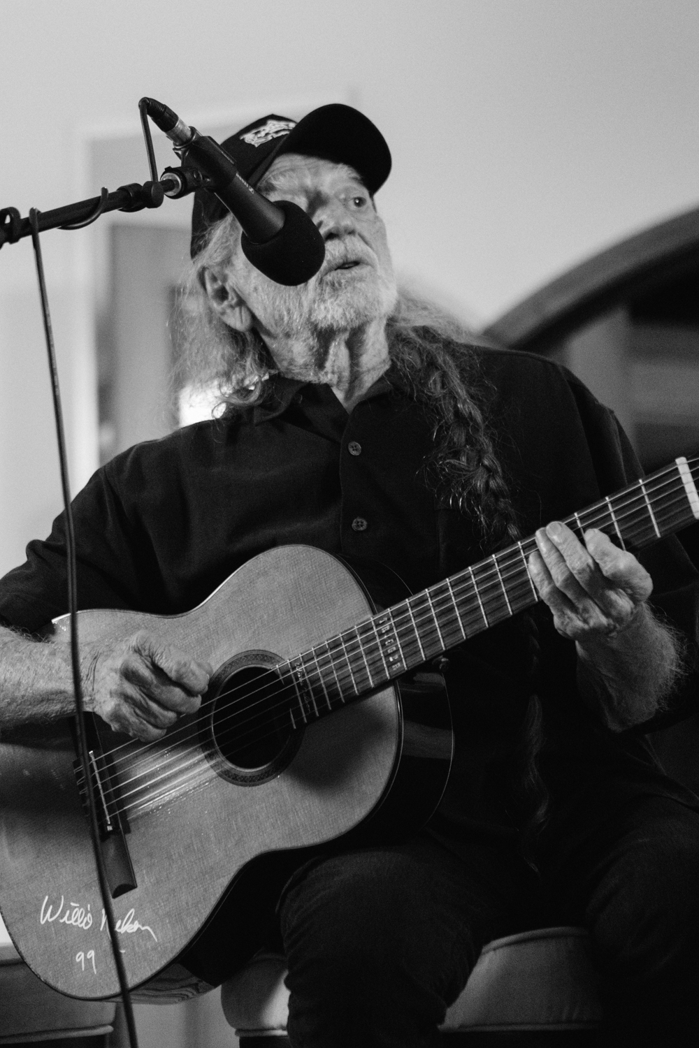 Willie Nelson performing.