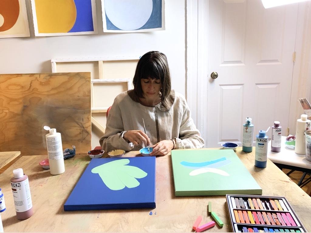 """"""" Je suis artiste entrepreneure: j'utilise divers media comme le son, les mots, la couleur, la terre, pour exprimer ce qui m'anime et créer des pièces ou des moments pour le partager ."""""""