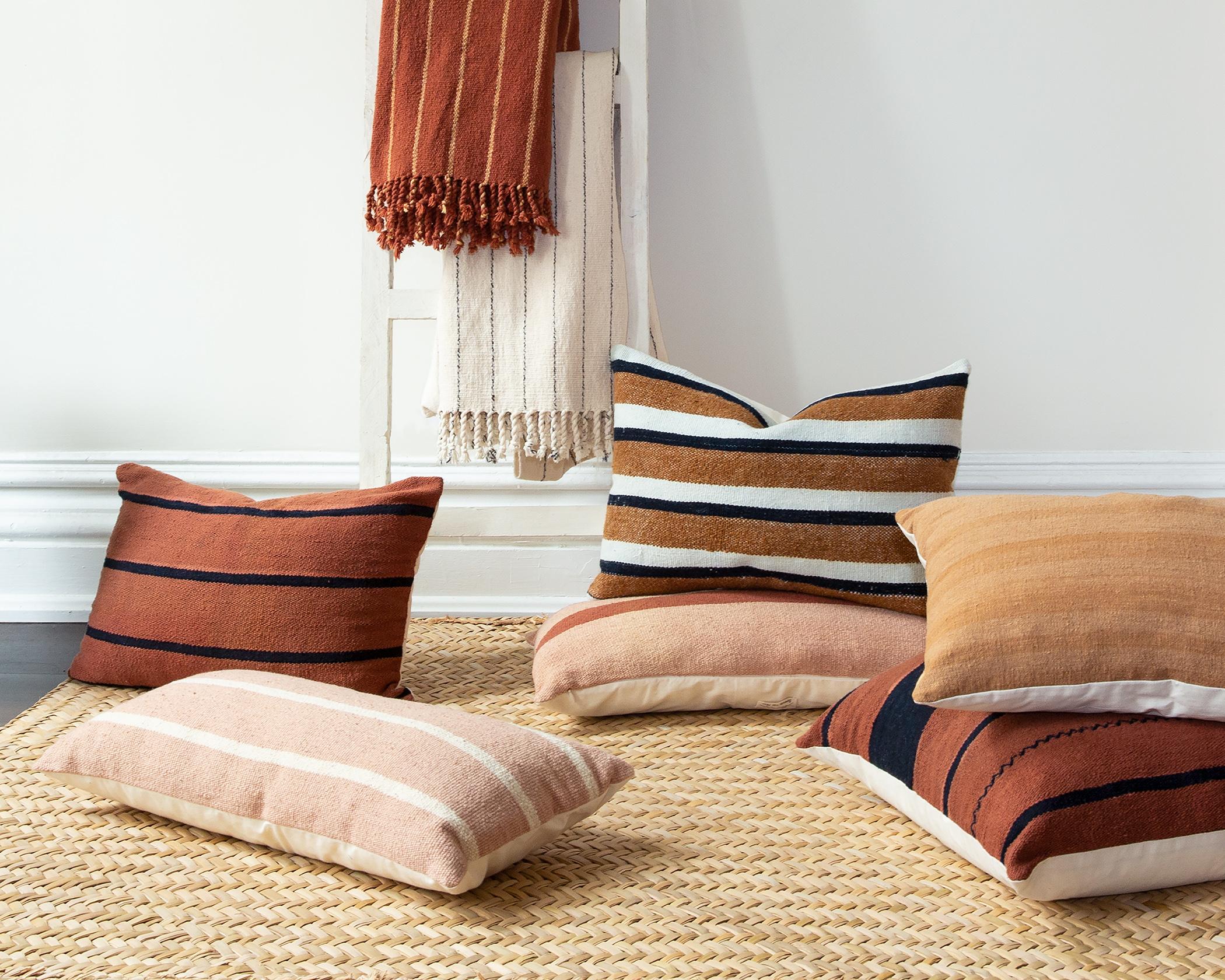 Maud vend ses tissus sous forme de couvertures et coussins.