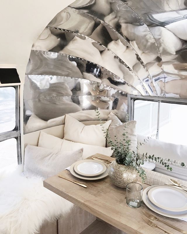 Tiny space, big impact. @jennikayne's airstream at @thegrovela had us all swooning. ✨