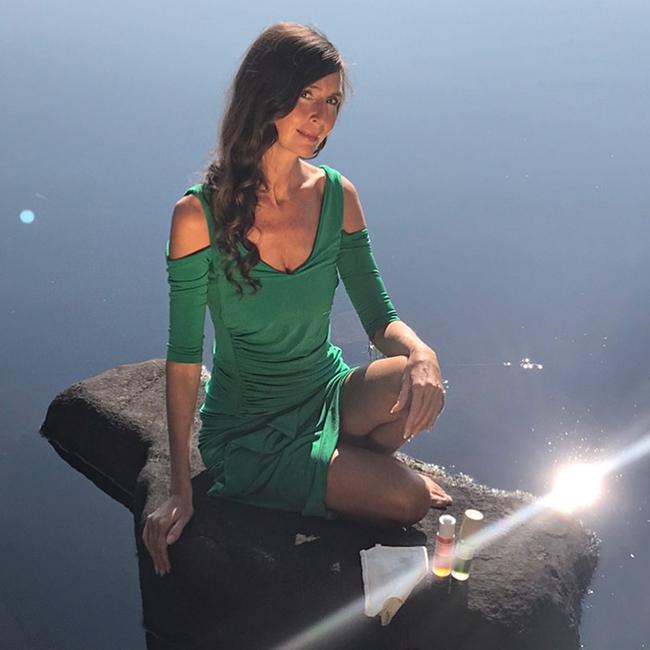 nadine_green_dress_rock2.jpg