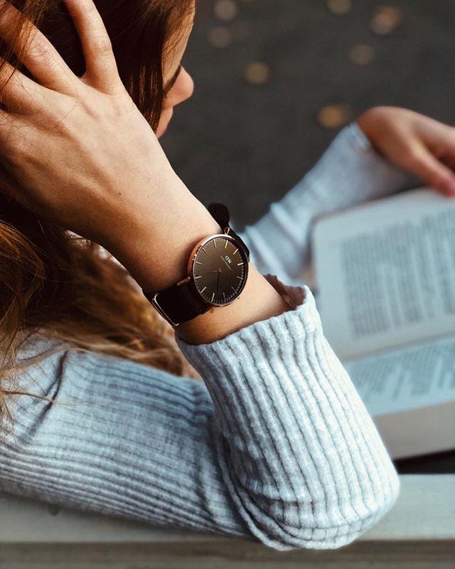 Przeczytałam ostatnio raport z @forbespolska na temat tego jak obecnie wygląda rynek czytelniczy w Polsce i zdębiałam. Okazuje się że około 60% społeczeństwa nie przeczytało przez rok ani jednej książki. Wiem że pewnie część z nich po prostu woli ebooki, audiobooki, artykuły w internecie i nie ma potrzeby sięgania po wersje papierowe. Nie mnie to oceniać. Jednak w życiu jeśli miałabym wymieniać kilka ulubionych czynności to byłoby na pewno czytanie. Czytanie w pociągu, samolocie, nad jeziorem, w parku, w domu pod kocem. Od zawsze miałam pod ręką jakąś książkę, bo uwielbiam to uczucie, zatopić się w myślach i świecie bohaterów. Spojrzeć na coś z innej perspektywy niż moja,zrozumieć ( albo i nie) inny światopogląd i świat niż mój. Dlatego na blogu przygotowałam wam spory tekst z książkami które w grudniu zrobiły na mnie największe wrażenie. Jest o zdobywaniu K2, o nawykach, o kobietach, jest skrawek tego co literacko mną wstrząsnęło🙌🏻👌 zajrzyjcie i podzielcie się tym, jaka książka wam ostatnio namieszała w głowie. Zdjęcie @kajot zegarek @danielwellington #book#booklover#bookmania#lifestyle#danielwellington#lifestyle#lifestyleblogger#blog#blogger#photo#inspiration#influencer#iphone#vsco#szczecin#eatrunlovepl#