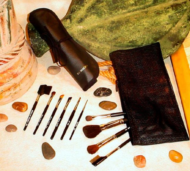 1. BROW/LASH GROOMER:  (Cerdas sintéticas) Excelente para cepillar y peinar las cejas, el peine puede servir para separar las pestañas después del rimel.   2. SMALL FLUFF:  (Pelo de marta cebellina) Es un pincel básico para aplicar sombras y mezclar con facilidad.   3. ANGLE SHADER:  (Pelo de marta cebellina) Es un pincel básico muy importe para la aplicación de sombras con mucha facilidad. Es excelente para aplicar sombras. Se recomienda para matizar o suavizar las tonalidades de las sombras.   4. ANGLE BROS:  (Cerdas sintéticas) Pincel diagonal de consistencia muy dura que ayuda a definir el marco y dar forma a las cejas utilizando la sombra para cejas. Dejando las cejas suaves y bien definidas. También se utiliza para difuminar el lápiz de cejas.   5. WOOD HANDLE LIP:  Es para aplicar con facilidad el labial.   6. EYELINER:  (Pelo de marta Cebellina) Diseñada para lograr un look natural o exótico. Se puede utilizar para aplicar delineador líquido o compacto. Aplicar una línea delgada pegada a las pestañas.   7. BLUSHER:  (Pelo de cabra y pony) Aplicar el rubor.   8. POWDER (COMPLEXION):  (Pelo de cabra y pony) Aplicar polvos.   9. SPECIAL DOUBLE SHADER:  (Pelo de marta cebellina) Para aplicar el color base en toda el área del ojo o para difuminar.   10. METAL LASH COMB:  Excelente y profesional separador de pestañas, se utiliza después de aplicar el rimel. Tiene la separación justa para dar una apariencia natural a las pestañas.