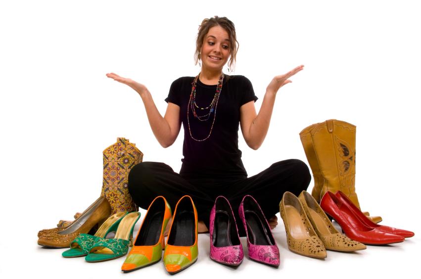 mujer-rodeada-de-zapatos.jpg