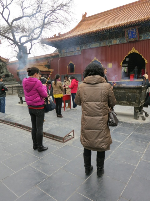 2.1332158308.burning-incense-in-honor-of-temples.jpg