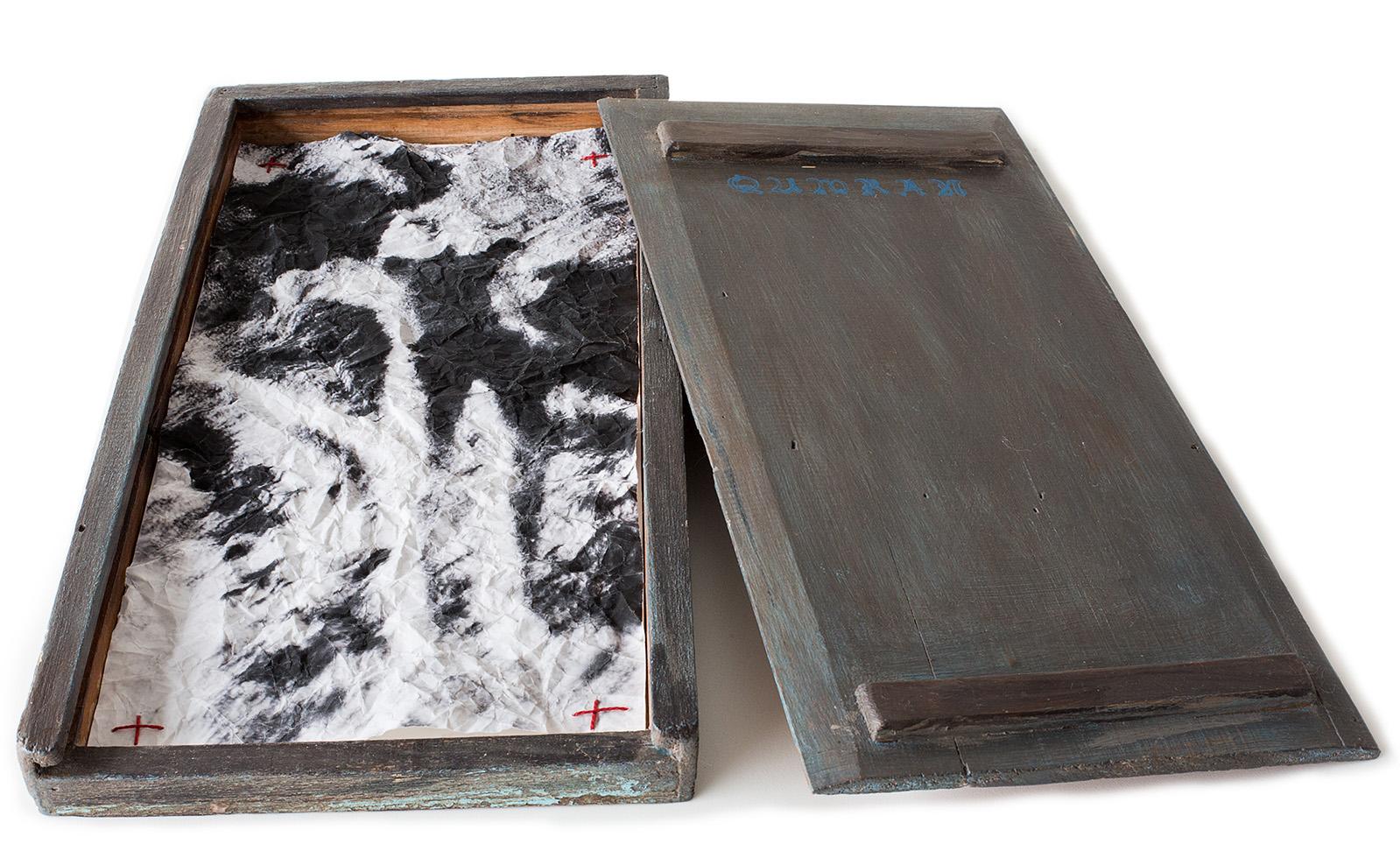 Coleção de Incertezas.  Desejo de ver . Cianotipia, pigmento mineral em papel arroz, costura, caixa de madeira, carimbo. 40x20x3cm