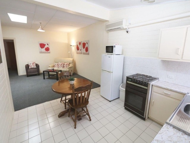 uca-motel-accommodation-robe-one-bedroom-deluxe-spa-apartment.jpeg