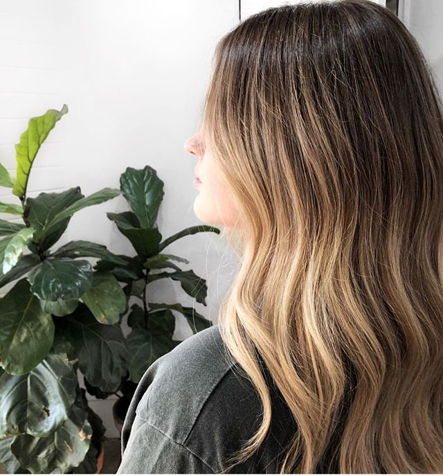 A little @colourby_zoe for your Thursday inspo! How beautiful does this look?! Gimme gimme. Using @dnaorganics of course in at the @lexibannister_hair salon! Hit us up if ya want this fresh👆🏻look. #colourbyzoe #lexibannisterhair #dnaorganics .. .. .. #canberrahair #livedinwaves #seamlessblend #highlightedhair #wavedhair #surfacehair #colourproofhair #naturalbalayage #balayagefeatured #warmbalayage #balayagedhair #balayageinspo #balayagegoals #subtlebalayage #maneaddicts #modernsalon