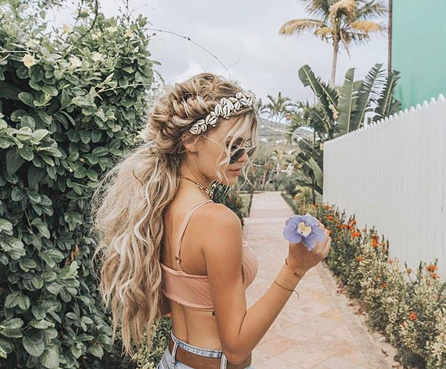 Can you feel it getting warmer?! It's kinda in the air..... or am I just super hopeful and excited for Spring 😂🤷🏼♀️ can't wait to do some chunky braids like this babe @lindseyraerogers 👆🏻something about braids and warm weather just go so well together!!! @lexibannister_hair #lexibannisterhair #hairinspo .. .. .. #hairinsporation #naturalhairinspiration #summerbraids #blondehighlights #blondebraids #longblondehair #loosewaves #surfacehair #beachwaveshair #softcurls #hairshine #sunkissedhair #brightblonde