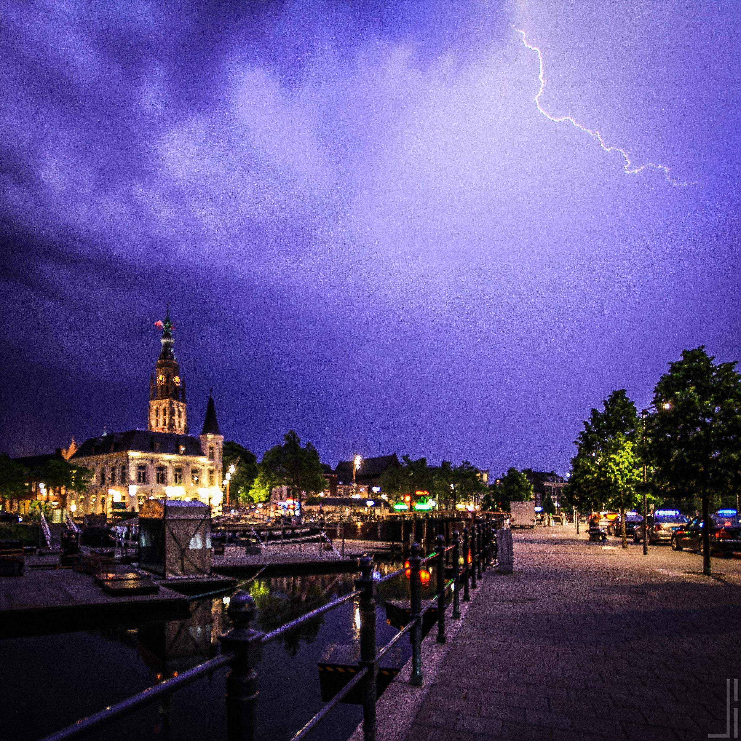 Onweer boven Grote Kerk in Breda - jbax