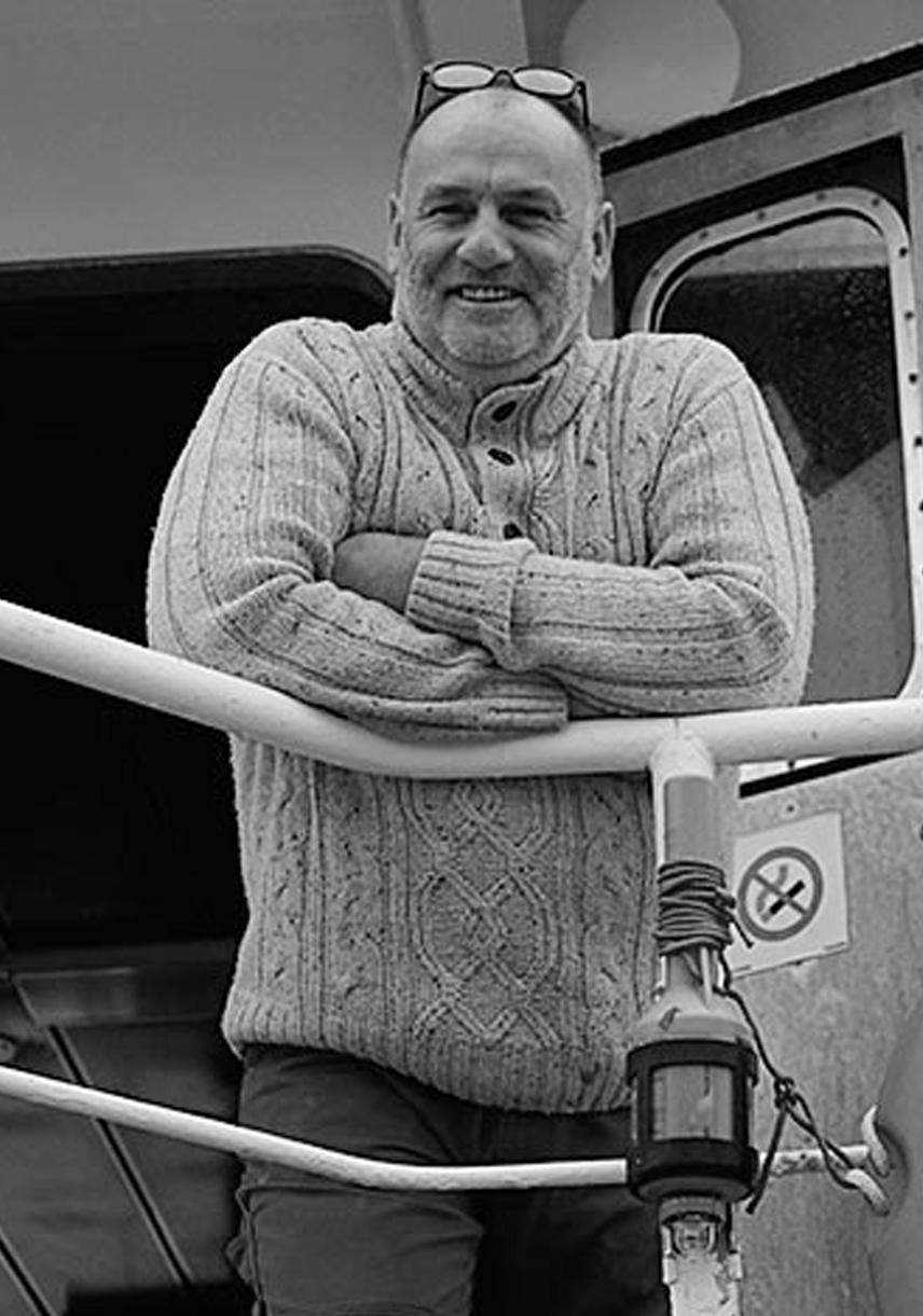 Fritz Flint, Fischer   Fritz Flindt ist seit vielen Jahrzehnten stolzer Kapitän der J. von Kölln für die Erzeugergemeinschaft Kutterfisch und konzentriert sich dabei vor allem auf den Fang von Seelachs und Kabeljau.  Kutterfisch hat nachhaltige Pionierarbeit geleistet – als erste von MSC zertifizierte Fischerei in Deutschland.  Fun Fact: Fritz' Vater und Großvater hießen ebenfalls beide Fritz und fischten frische Fische.