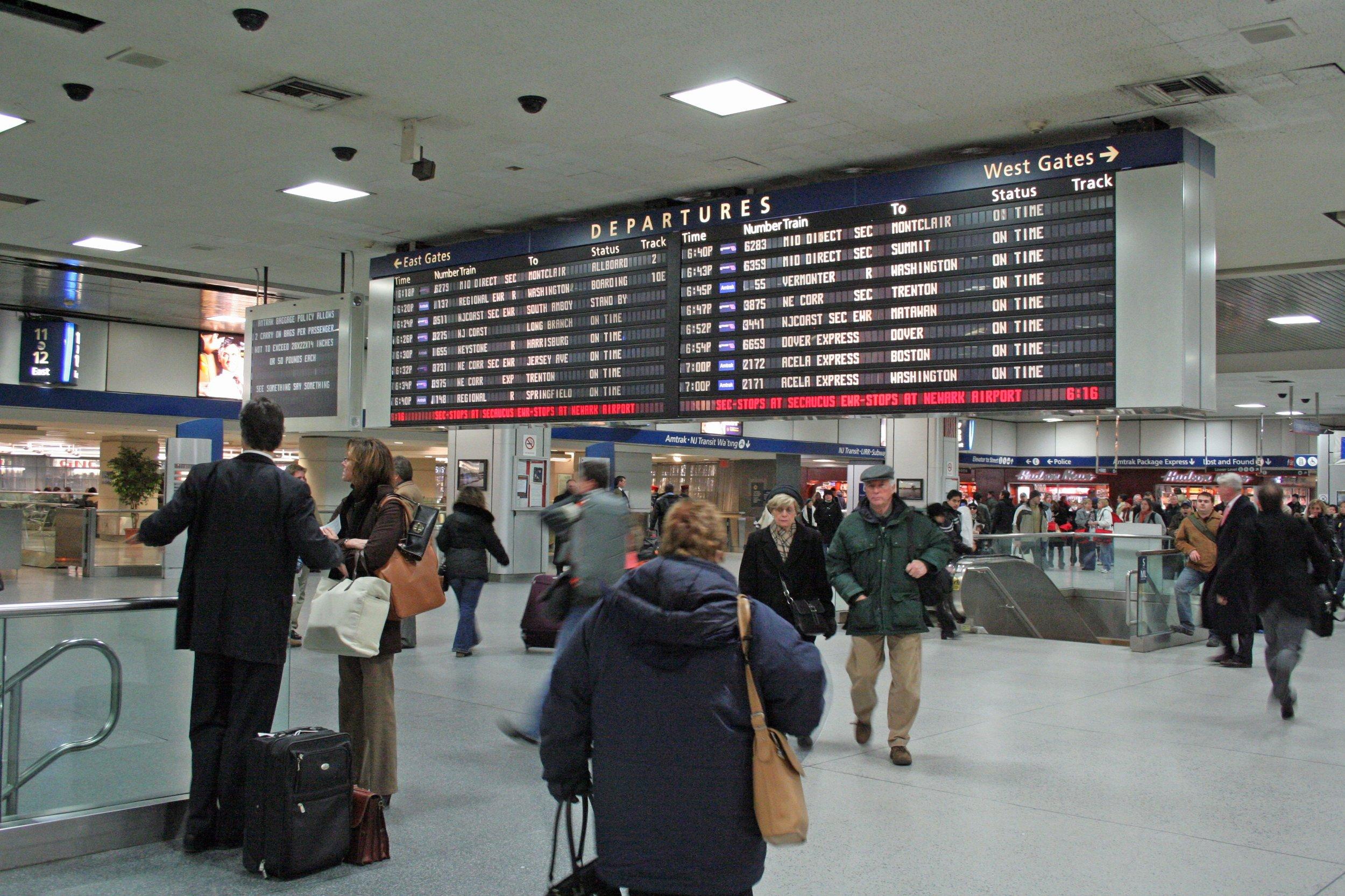 Penn_Station_departure_board.jpg