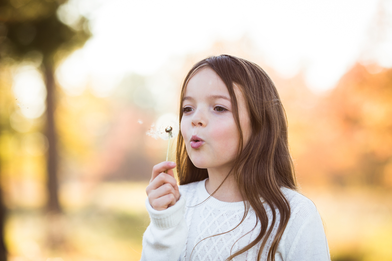 girl blowing dandelion in park | cleveland, ohio lifestyle photography