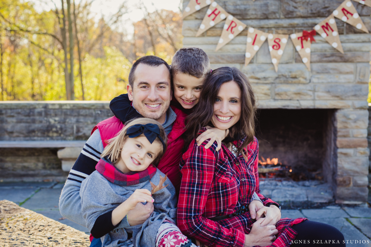 christmas family pictures with kids and parents by fireplace | cleveland kids photographer