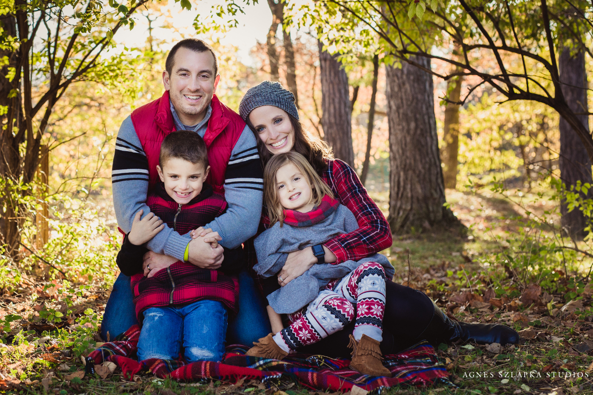 kids sitting on grass with parents | cleveland, ohio family photographer