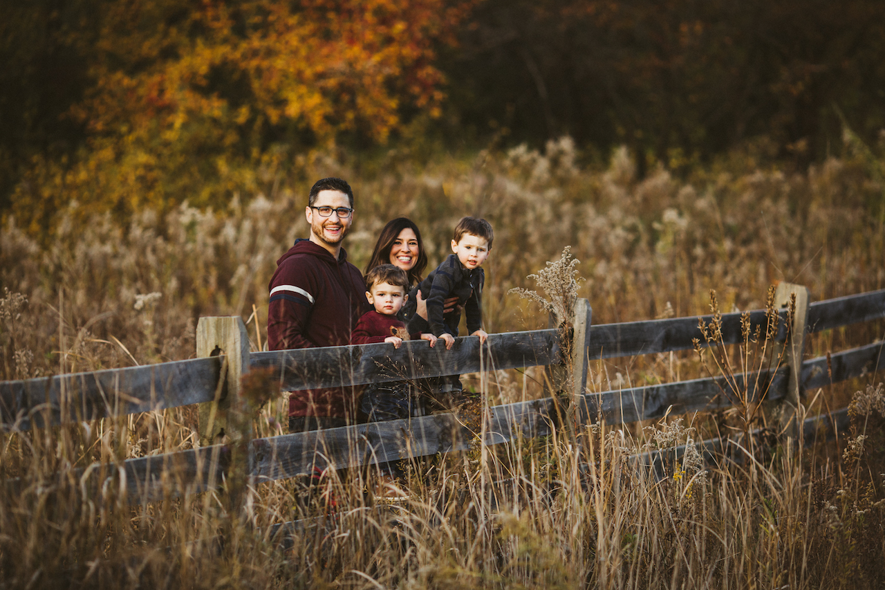 fall mini session pictures with small kids | Cleveland, Ohio family photography
