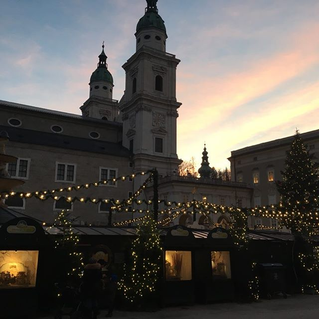 Magical sunset at the Christmas market in Salzburg🎄❤️ #beariggood #salzburg #sunset #christmasmarket #bearigworld
