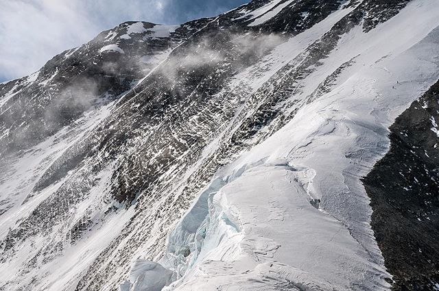 You're going to have to use your fingers for this one! @coryrichards and @estebantopomena head up the N Ridge on Everest during their last acclimatization run- zoom and see them in the upper right of the frame. Their new line is through the rock bands and couloirs going left to right nearer the middle of the frame. It's been a pleasure and riot hanging out with these wonderful two beings and friends as they prepare to try and tackle this unclimbed route. We're all on our way up again and wishing them strength and focus to pull off what they clearly are invested in. It's a treat to watch their preparation and be here in solidarity pulling for them. Get it boys.⁣ -⁣ -⁣ -⁣ -⁣ -⁣ -⁣ -⁣ 🏔🤞🙏💥🤯⁣ #liveyouradventure #himalaya #mountainsarelife  #chomolungma #tibet #8000m #everest2019 #roam #roam247