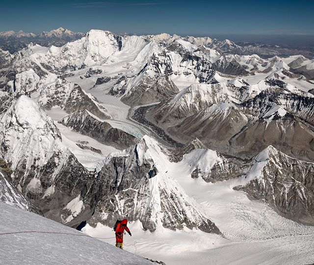 In the abode of the gods, looking out to the west towards Cho Oyu and down towards Pumori (among other behemoths)- @adrianballinger sets up his line for some more exploration high on the NE Ridge of Everest. After settling in back home my memories of that day are particularly vivid and pleasant, with many hours spent above 8600m, though it's not for any specific reason associated with our objective or other events- it just happened to be one of those days up high with total presence. ⁣ ⁣ A big shout out today for Adrian and the crew @alpenglowexpeditions for the company anniversary. Sad not to be joining in the festivities this weekend but will certainly send a toast your way. 💥👊🙌💥⁣ *⁣ *⁣ *⁣ *⁣ *⁣ *⁣ 🏔🌏💫⁣ #liveyouradventure #himalaya #mountainsarelife  #chomolungma #tibet #8000m #everest2019 #chooyu #pumori #adventuredoneright #eddiebauer
