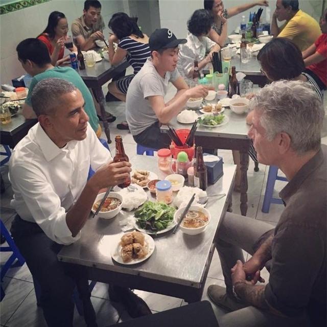 Tổng thống Obama diễn xuất uống bia ăn bún chả