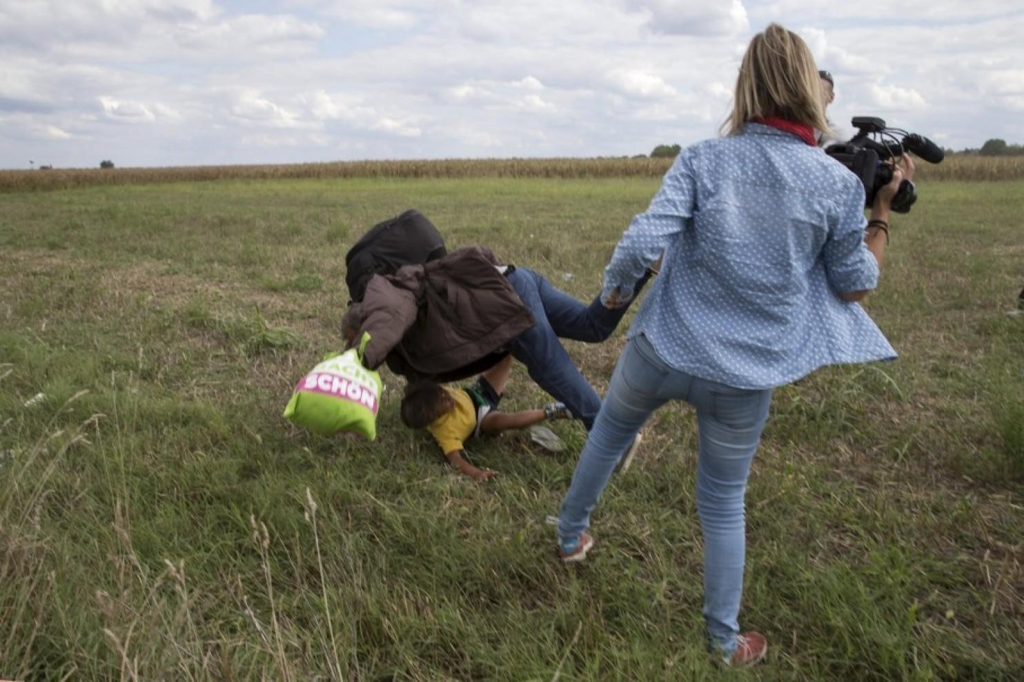 Một phóng viên ở Hungary bịđuổi việc vìđã đá một người đàn ông tỵ nạn Syria bế con té lăn cù xuống đất, nguồn internet