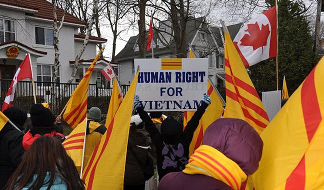 Người Việt tại Ottawa, Canada biểu tình trước tòa Đại sứ Việt Cộng đòi tự do nhân quyền cho VN.