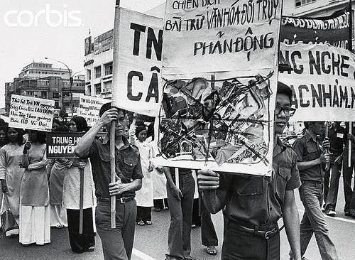 Sinh viên bị lôi đi vác biểu ngữ chống văn hóa đồi trụy và phản động trong chiến dịch đốt sách (29 tháng 5/1975)