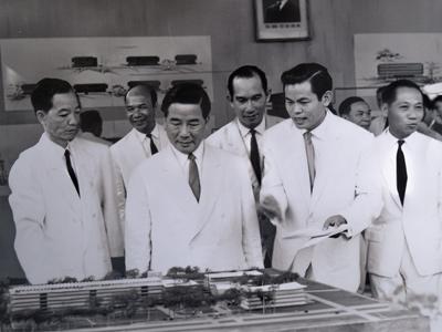 Cố Tổng Thống Ngô Đình Diệm đang nghe Giáo sư Pham-Bieu-Tam trình bầy.