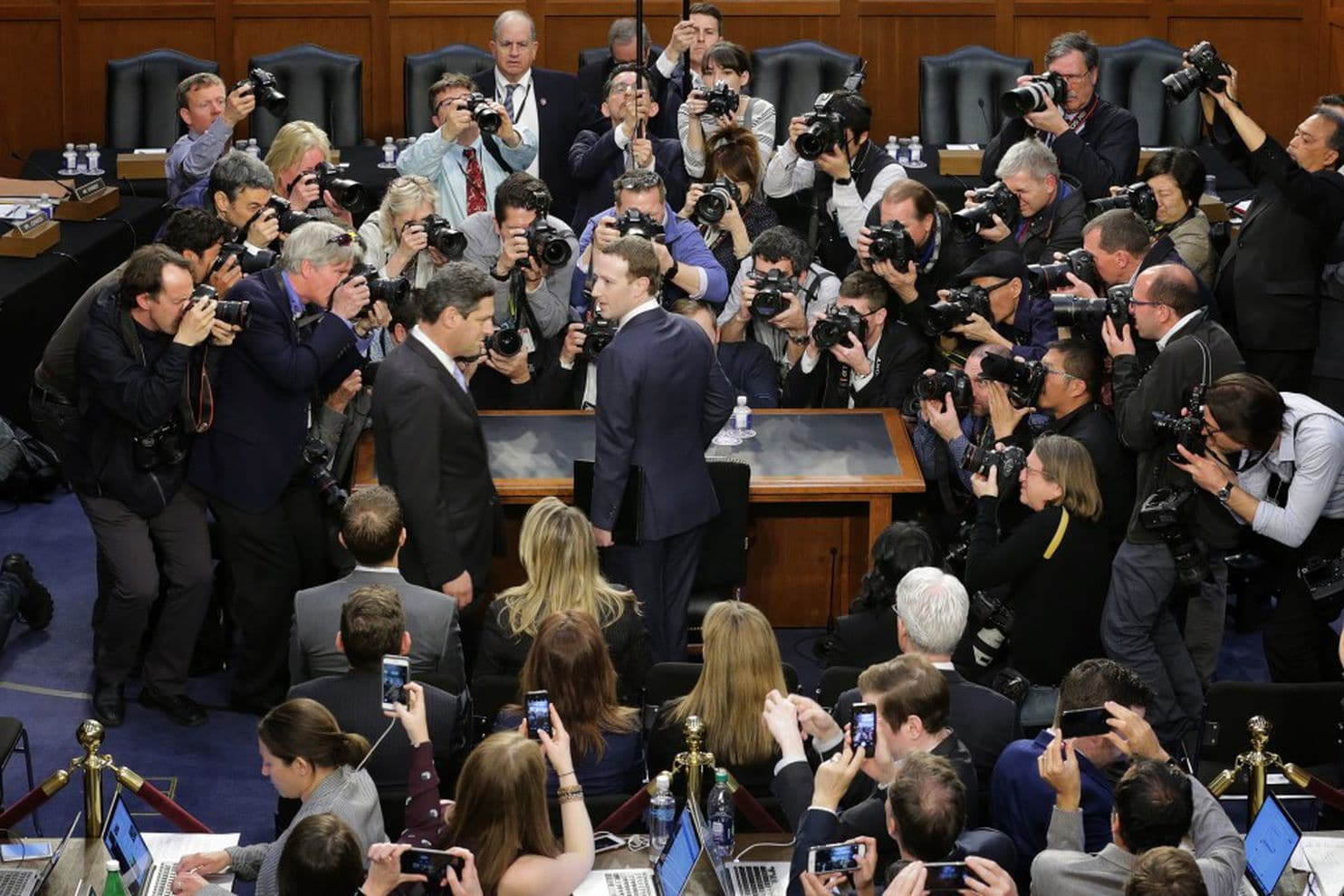 Facebook chief executive Mark Zuckerberg in a congressional hearing. Nguồn internet.