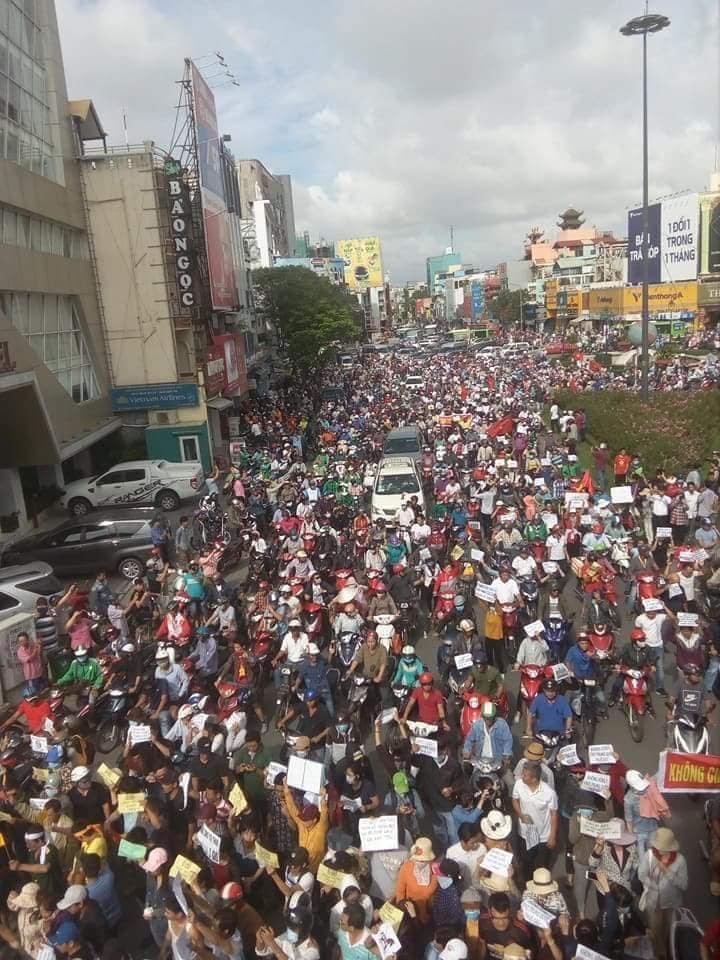 Người dân biểu tình ở Saigon. Nguồn internet.