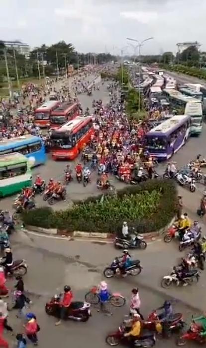 Công nhân công ty Pouyeng biểu tình làm tê liệt quốc lộ 1 trong nhiều tiếng đồng hồ. Hình ảnh lấy từ clip video trên internet.
