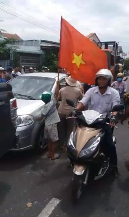 Người dân Phan Rí chặn quốc lộ 1. Các hình ảnh dưới đây đều lấy từ các clip video trên internet.