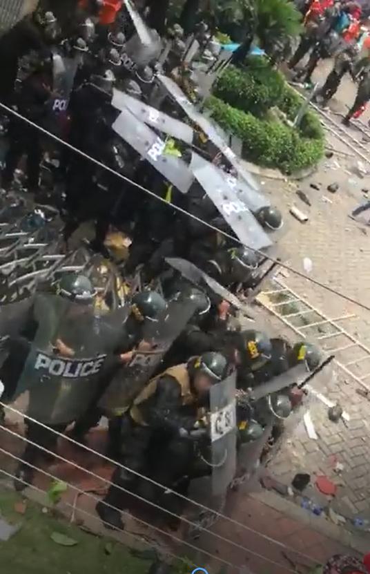 Cảnh sát cơ động chịu trận trước sự tức giận của dân.