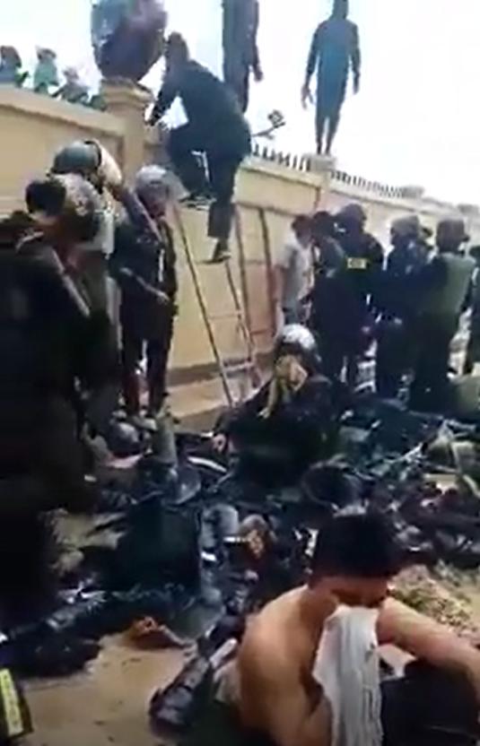 Cảnh sát cơ động đồng ý giải giáp để được trả tự do và không bị dân tấn công bằng bom xăng.