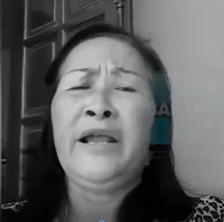 Bà Vũ Thị Thên, xã Vạn Thắng, huyện Nống Cống, tỉnh Thanh Hóa, nhân danh cử trị hỏi tội đảng qua luật đặc khu cho thuê đất 99 năm. Hình từ clip video.