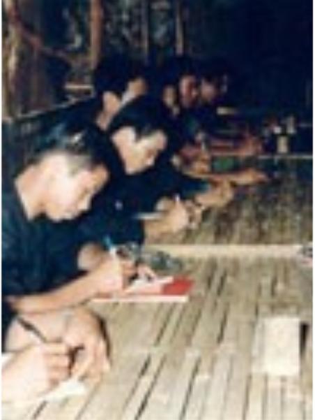 Các Kháng Chiến Quân học tập trong chiến khu.