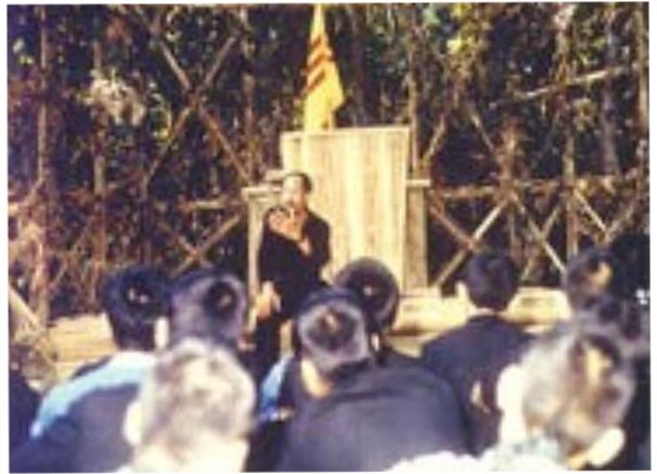CT MTQGTNGPVN Hoàng Cơ Minh trong một buổi sinh hoạt với các Kháng chiến quân tại chiến khu.