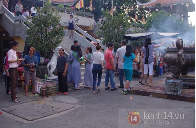 Cảnh mua bán chim phóng sinh tại chùa Vĩnh Nghiêm (TP HCM)trong dịp lễ Vu Lan chiều 20/8.