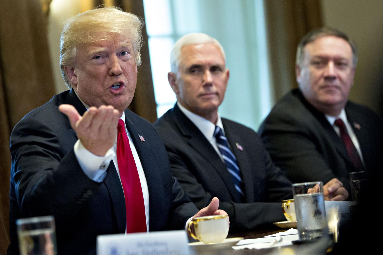 Tổng thống Donald Trump và ngoại trưởng Mike Pompeo (bìa phải). Nguồn internet.