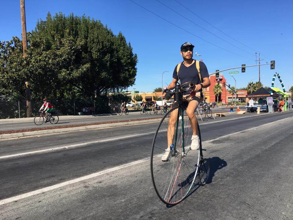 Một cư dân đạp xe đặc biệt trên đường phố.