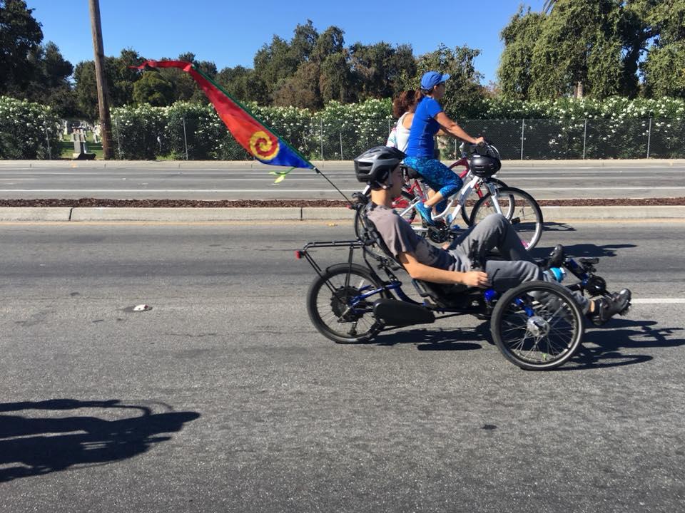 Thảnh thơi đạp xe trên đường không bóng xe hơi.