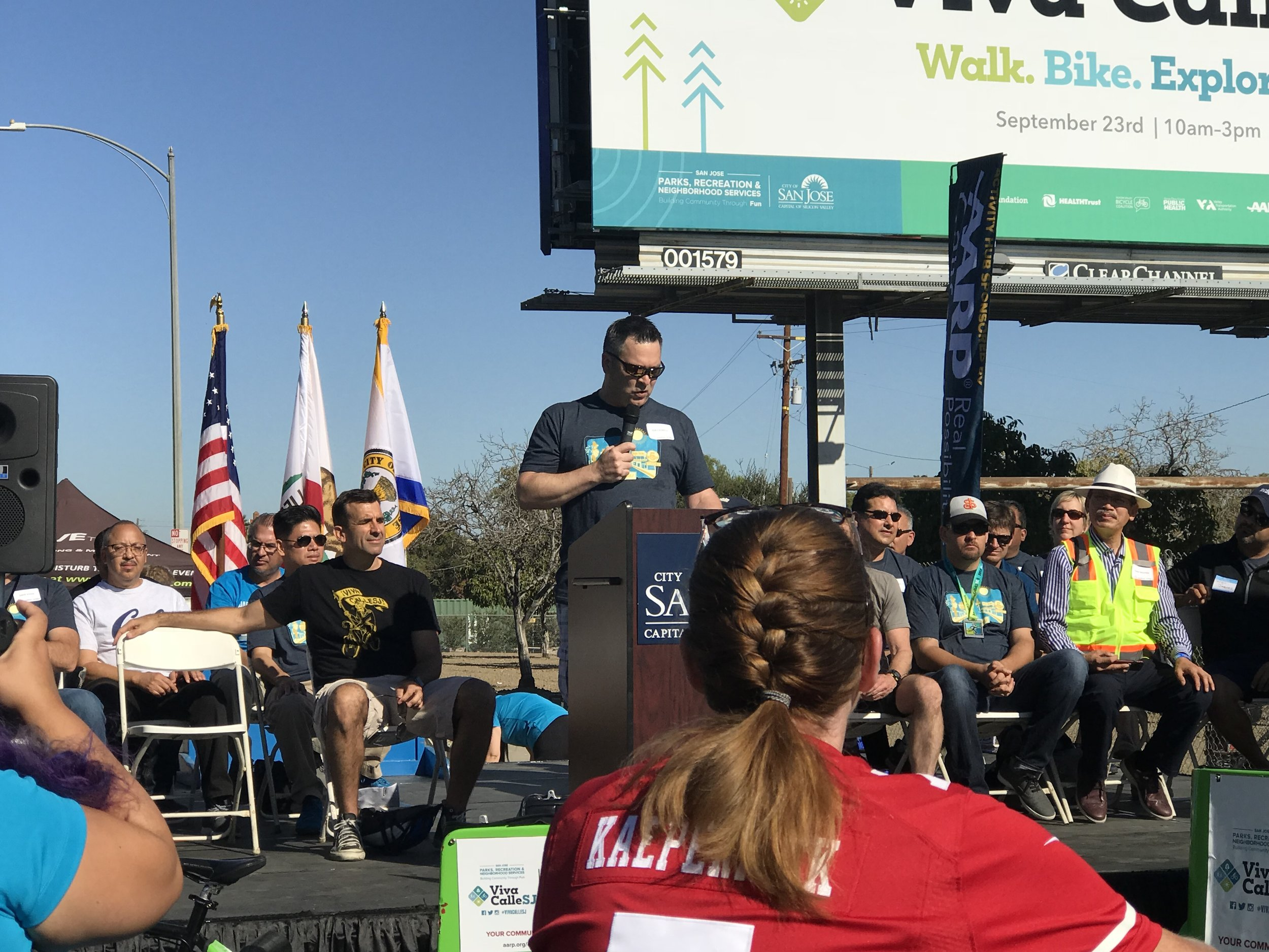 Đại diện cơ quan Chỉnh Trang Thành Phố (The   Parks and Recreation   Department) phát biểu với hiện diện của các nghị viên của Hội Đồng Thành Phố San Jose. Nghị Viên Nguyễn Tâm mặc áo khoát xanh lá cây ngồi bên phải, nghị viên Diệp Thế Lân ngồi bên trài sau thị trưởng Sam Liccardo.