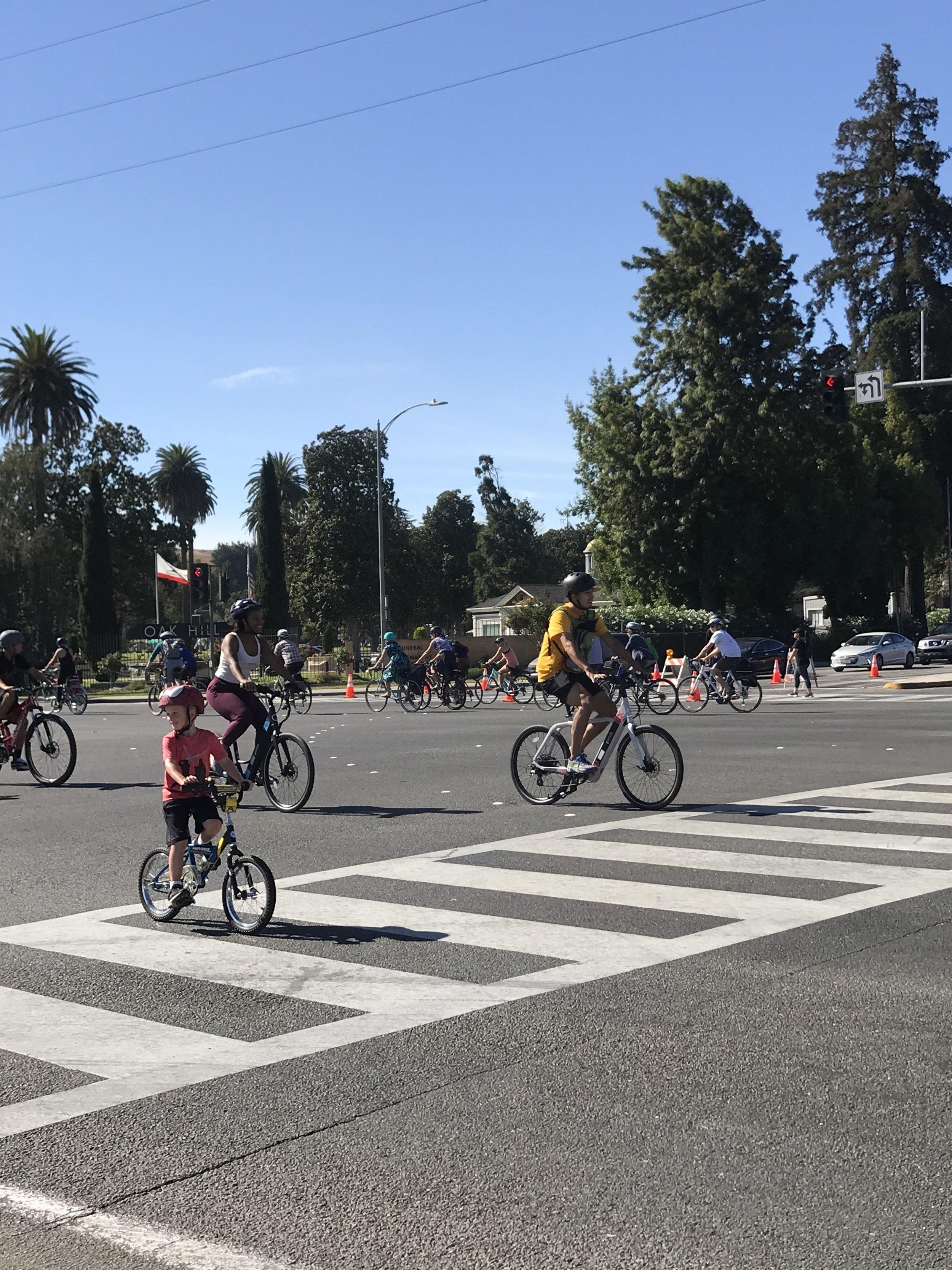 Trẻ con người lớn đều có mặt trên đường phố hôm nay.