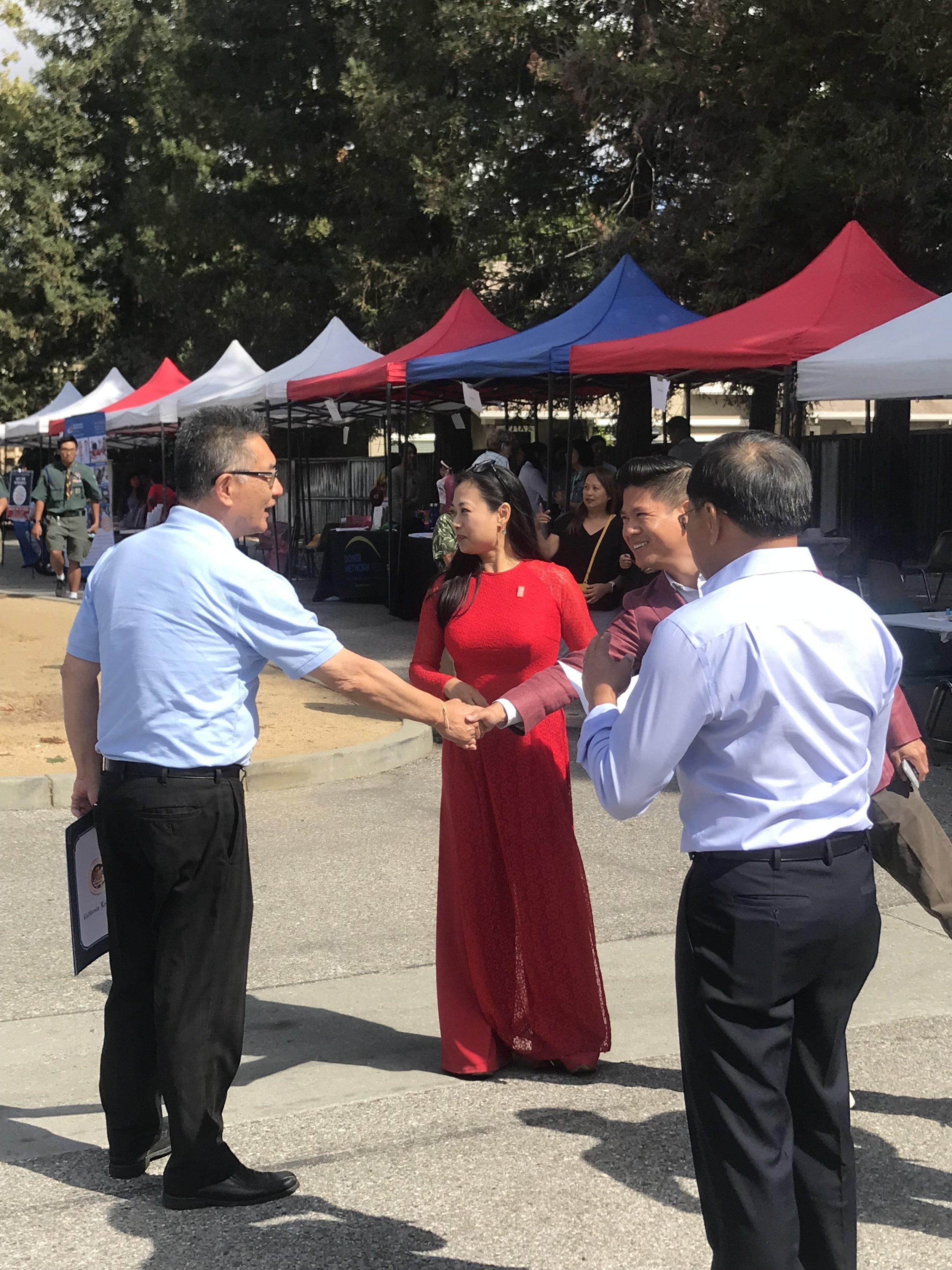 Dân biểu tiểu bang Kansen Chu và Nghị viên Diệp Thế Lân chào đón nhau.