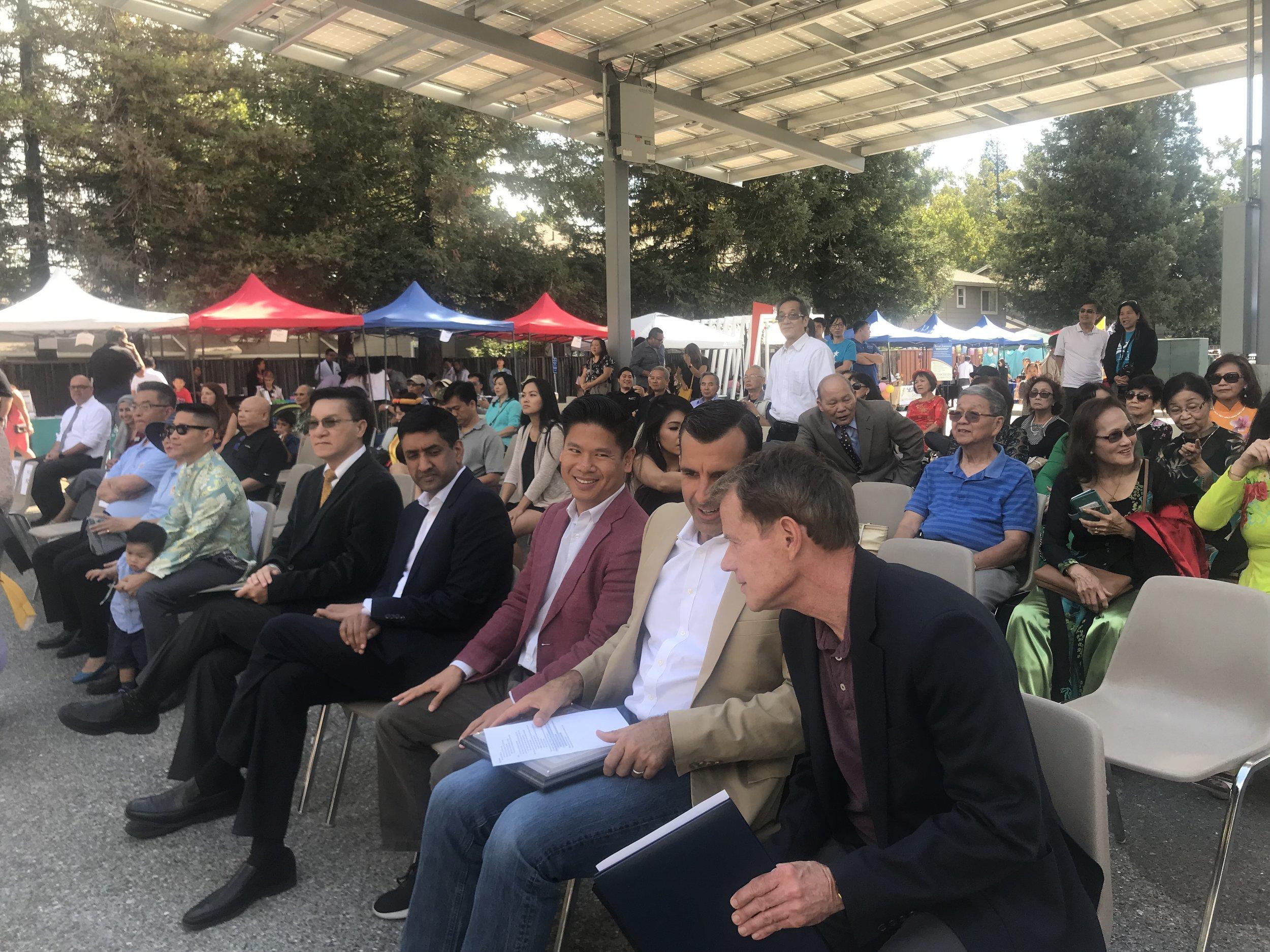 Từ phia bên tay phải là Giám Sát Viên Ken Yeager, thị trưởng Sam Liccardo, nghị viên Diệp Thế Lân, dân biểu liên bang Ro Khanna, dân biểu tiểu bang Kansen Chu mặc áo xanh dương nhạt ngồi gần về phía bìa tay trái.