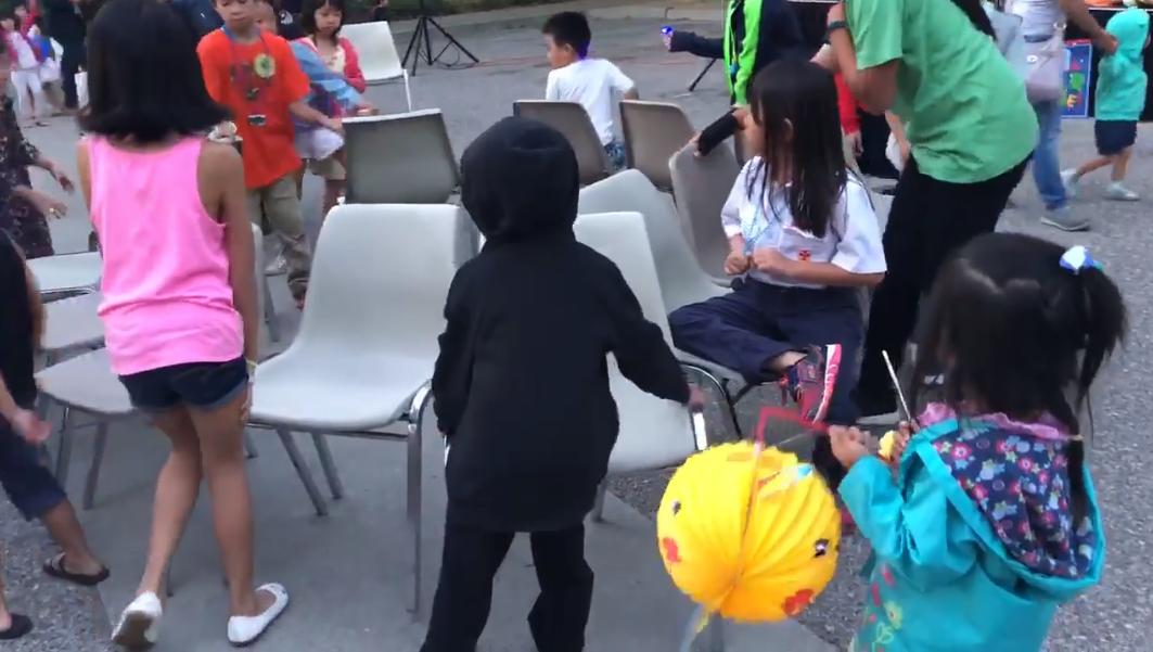 Các trẻ em vui chơi mừng lễ hội Trung Thu (Tết Thiếu Nhi.)