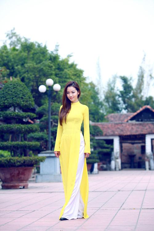 Cô gái Việt Nam thướt tha trong chiếc áo dài mầu mỡ gà. Nguồn internet.