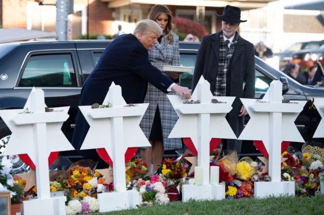 Vợ chồng TT Trump tới thăm hiện trường vụ thảm sát tại nhà thờ Do Thái Tree of Life ở Pittsburgh. Nguồn internet.