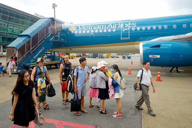 Việt Kiều tại phi trường Tân Sơn Nhất. Nguồn internet.