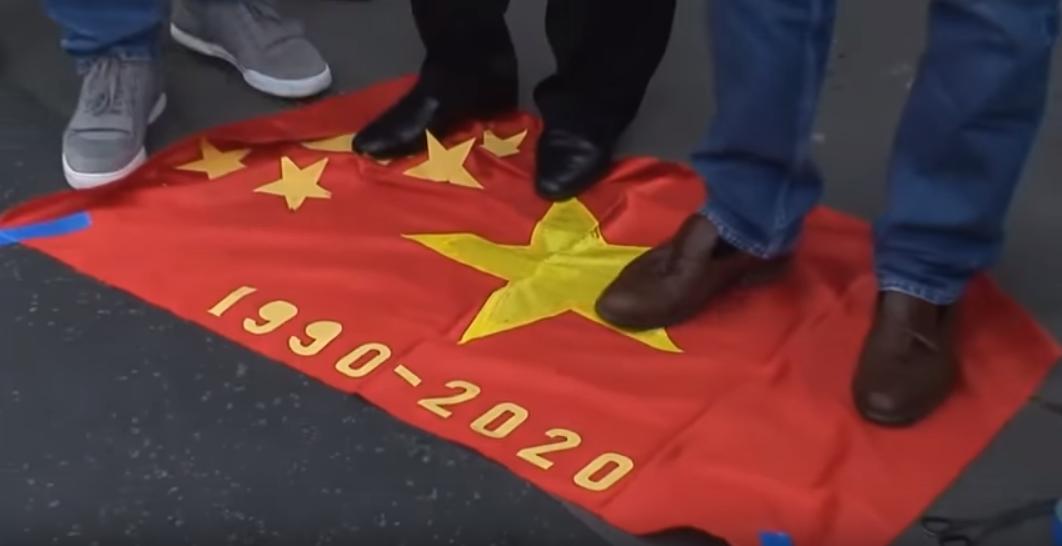 Người Việt tự do tại Paris đẵm lên lá cờ Việt Cộng trong ngày tưởng niệm Quốc Hận 30 tháng 4, năm 2018. Nguồn internet.